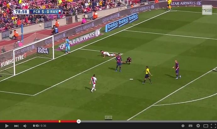 Daniel Alves se joga no chão depois de árbitro marcar pênalti no Barcelona x Rayo Vallecano