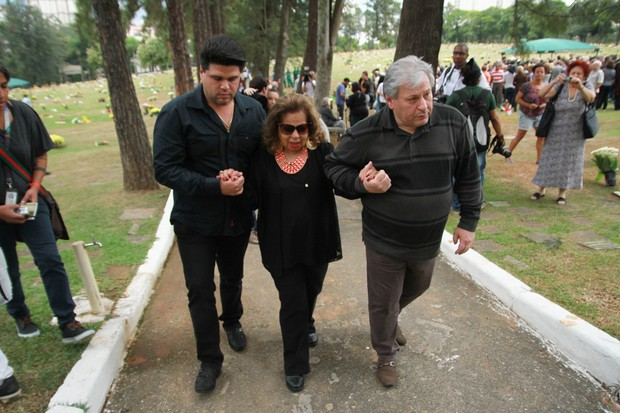 Angela Maria no enterro de Cauby Peixoto (Foto: Amauri Nehn / Brazil News)