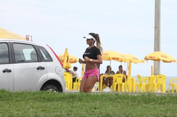 Lucilene Caetano na Orla da Barra da Tijuca  (Foto: Eli Junior / Divulgação)