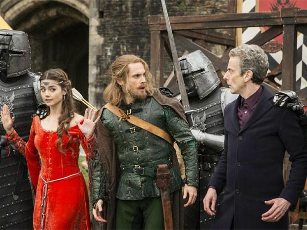 Clara (Jenna Coleman), Robin Hood (Tom Riley) e Doctor (Peter Capaldi) em cena do episódio 'Robot of Sherwood' de 'Doctor Who' (Foto: Divulgação/BBC)