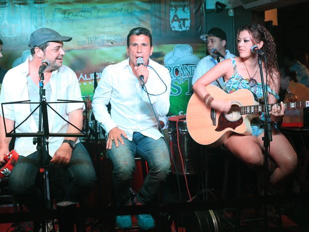 Conrado, Eri Johnson e Luka cantam em restaurante no Rio (Foto: Marco Macedo/ Divulgação)