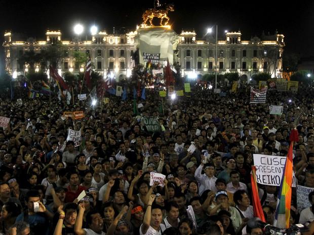 Peruanos fazem protesto contra a candidata Keiko Fujimori, em Lima, na noite de terça-feira (5) (Foto: Guadalupe Pardo/ Reuters)