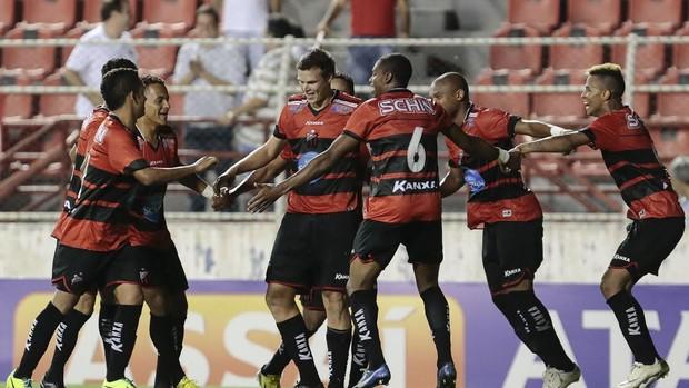 Jogadores do Ituano comemoram o gol da vitória sobre o Linense (Foto: Miguel Schincariol / Ituano FC)