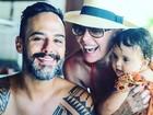 Carolina Ferraz posta foto com o marido e a filha caçula