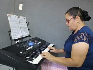 Dona Francisca é aluna de teclado do Projeto Música Para Todos (Foto: Samantha Rodrigues/ G1 Piauí)