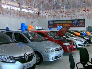 Clientes esperam por até semanas para pegar o carro (Foto: Paulo Chiari/EPTV)