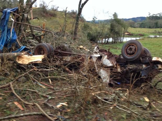 Em Franscisco Beltrão, veículos foram arrastados com a força dos ventos  (Foto: Michelli Arenza / RPC )