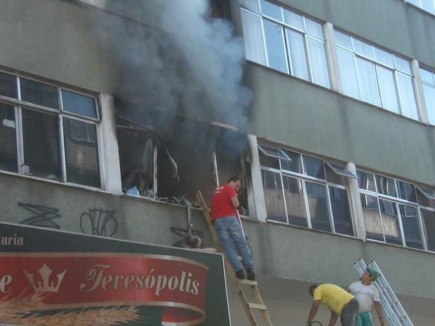 Incêndio fere uma pessoa em Teresópolis 2 (Foto: Claucio Mizael/ Rádio Teresópolis)