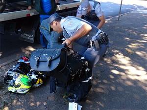 Policiais militares contam material apreendidos após furto em Campinas (Foto: Patrícia Teixeira/EPTV)