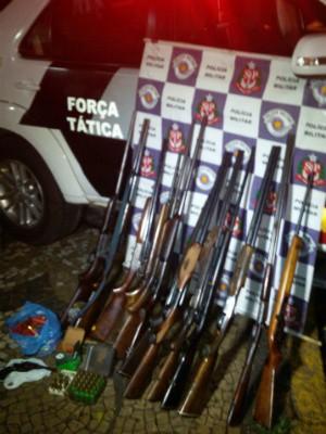 Armas apreendidas em Piracicaba não tinham registros ou estavam vencidos (Foto: Divulgação/PM)