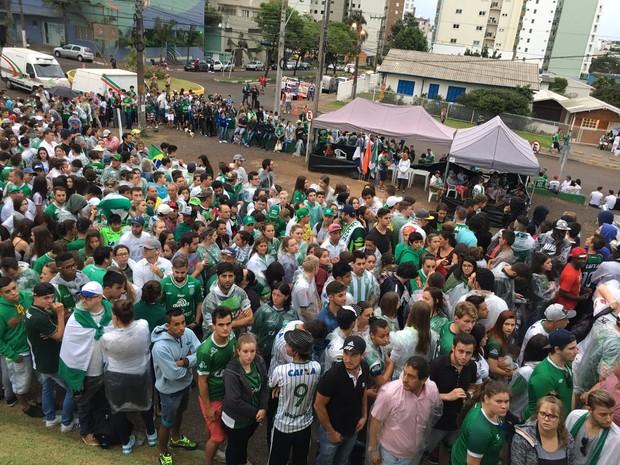 Antes da abertura dos portões, torcedores fizeram fila para entrar na Arena Condá (Foto: Diego Madruga/GloboEsporte.com)