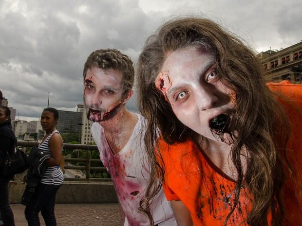 Movimentação durante a Zombie Walk, no Centro de São Paulo (SP), na tarde desta segunda-feira (2).  (Foto: Rogerio Cavalheiro/Futura Press/Estadão Conteúdo)