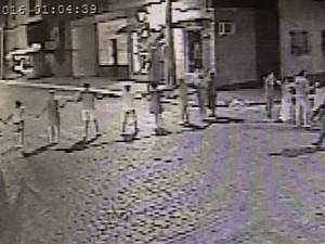 Imagem de câmera de segurança mostra o cordão humano em assalto em São Sepé (Foto: Reprodução)
