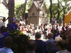 Centenas de fãs acompanharam o enterro de Paulo Goulart (Foto: Letícia Mendes / G1)