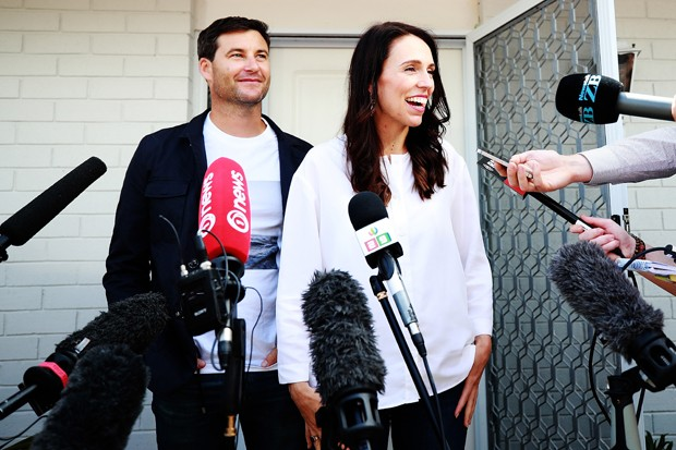 A primeira-ministra da Nova Zelândia, Jacinda Ardern, anunciou estar grávida de seu parceiro, o apresentador Clarke Gayford  (Foto: Getty Images)
