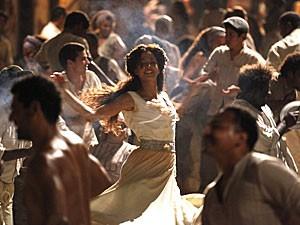 Zé Maria e Isabel dançam na Pedra do Sal (Foto: Lado a Lado/TV Globo)
