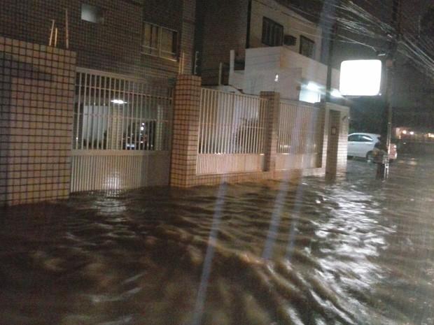 Avenida Armindo Moura, uma das principais de Porta Larga, foi tomada pela água (Foto: Carlos André / WhatsApp)