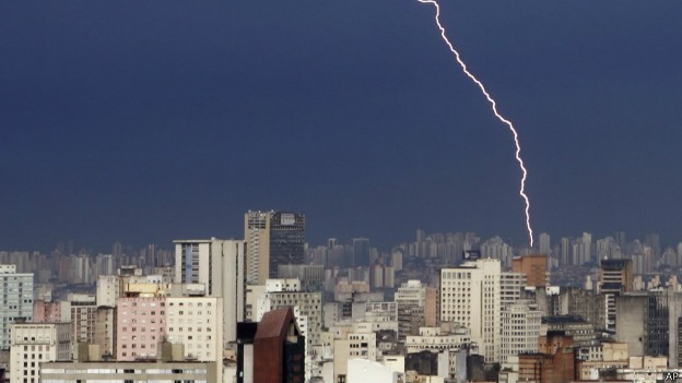 Cerca de 50 milhões de raios atingem o Brasil anualmente (Foto: AP/BBC)