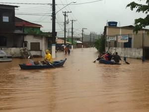 Moradores de Mangaratiba usam barcos para se deslocarem (Foto: Carolina Lauriano/G1)