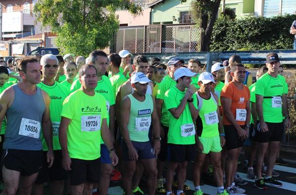 Atletas se preparam para o início da Corrida Esperança em Campinas (Foto: Bruno Teixeira/ EPTV)