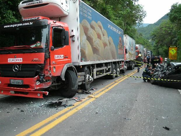 Acidente entre caminhão e carro matou uma pessoa em Nova Petrópolis (Foto: Divulgação/PRF)