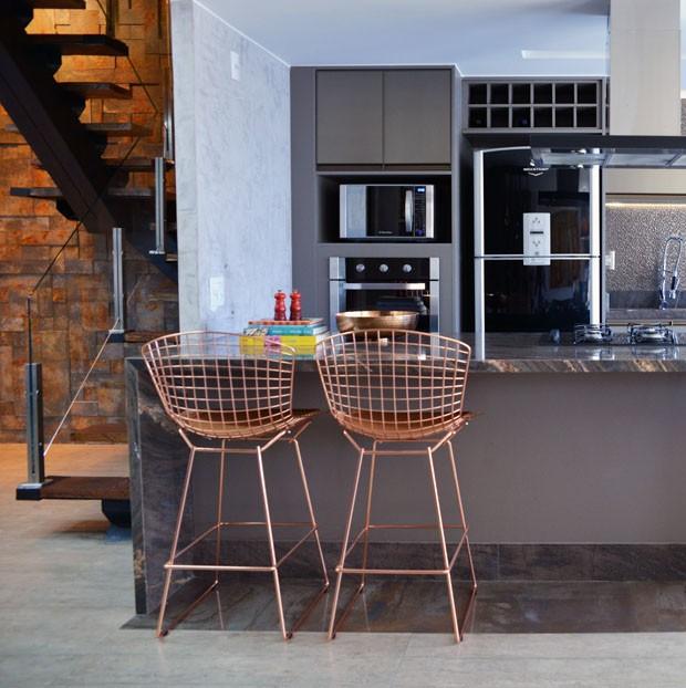 Décor do dia: Rose gold na cozinha cinza (Foto: divulgação)