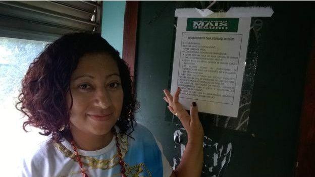 Roberta de Sousa ensina alunos maneiras de se proteger diante de tiroteios (Foto: BBC Brasil/Chuck Tayman)