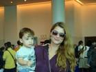 Alinne Moraes e Luana Piovani levam filhos a espetáculo no Rio