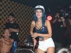 Tati Zaqui capricha no rebolado e usa look curtinho em show em São Paulo
