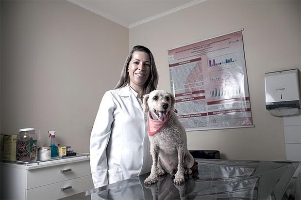 SOCORRO Simone Gonçalves, do Hemovet, em São Paulo, e o cão Toddy. Os bancos de sangue para animais viraram uma oportunidade para veterinários (Foto: Camila Fontana/ÉPOCA)