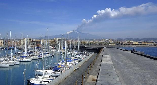 Foto mostra vulcão Etna em atividade nesta sexta (12) (Foto: Antonio Parrinello/Reuters)