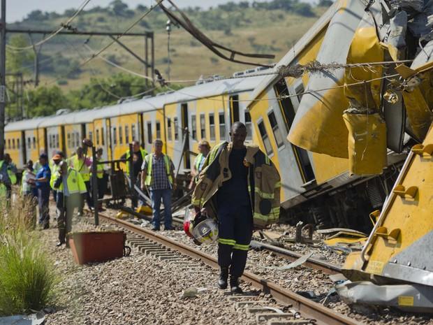 Equipes de emergência no atendimento de uma colisão entre dois trens de passageiros perto de Pretória (Foto: AP Photo)