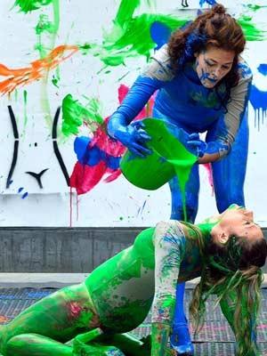 Performers jogam tinta nos corpos uma das outras para pintar as telas (Foto: Roni Adame/ Divulgação)