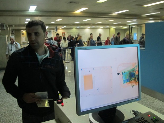Raio-x no desembarque do Aeroporto Internacional do Rio de Janeiro (Galeão) (Foto: Marcelo Ahmed/G1)
