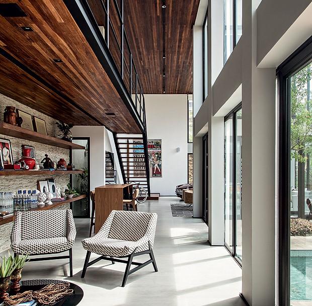 O piso é de porcelanato Cemento Grigio Biancogrês, da Casa Amorim. Móveis da Home Design (Foto: Xico Diniz/Divulgação)