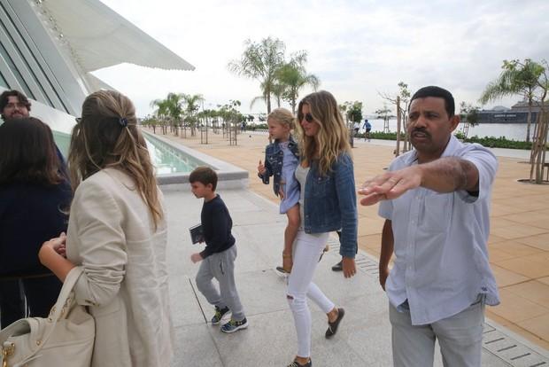 Gisele Bündchen passeia com os filhos (Foto: Delson Silva e Marcello Sá Barretto /AGnews)