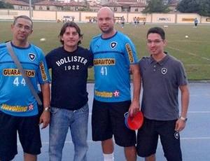 Jhonny Ferreira com membros da comissão técnica do Botafogo (Foto: Divulgação)