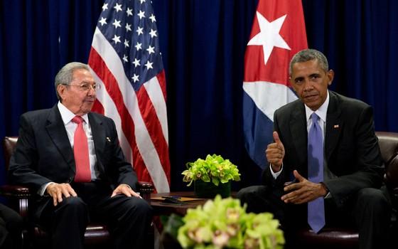Raúl Castro e Barack Obama no primeiro encontro entre presidentes de Cuba e EUA após relações serem reatadas (Foto: AP)