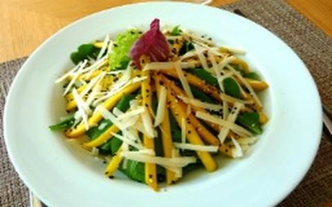 Salada refrescante com manga, hortelã, gergelim e rúcula