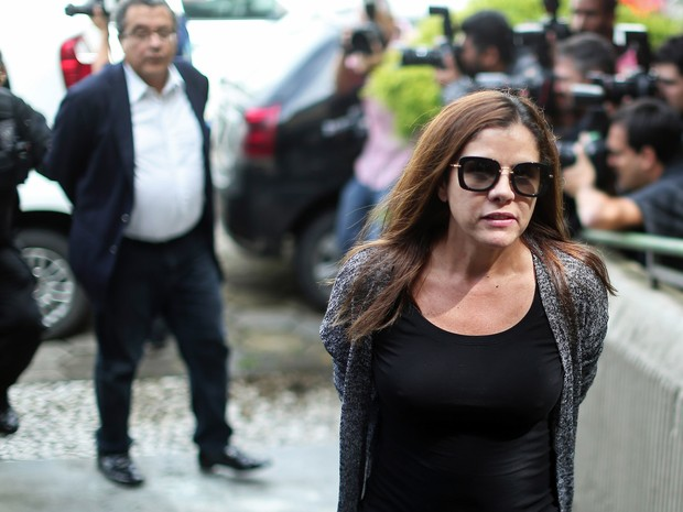 23/02 - Monica Moura, mulher de João Santana, marqueteiro de campanhas eleitorais do PT , é preso durante sua chegada à São Paulo (Foto: STR/AFP)