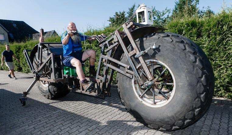 Dose tenta entrar o Guinness, livro dos recordes, com sua bicicleta gigantesca (Foto: Markus Scholz/DPA/AP)