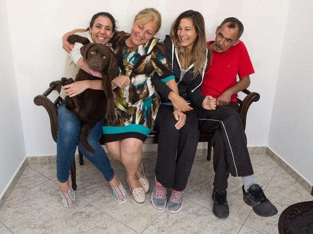 Família ganhou a labradora Maia, 6 meses, após a morte de outra cachorra da mesma raça, Hana, em 2014 (Foto: Flávio Moraes/G1)