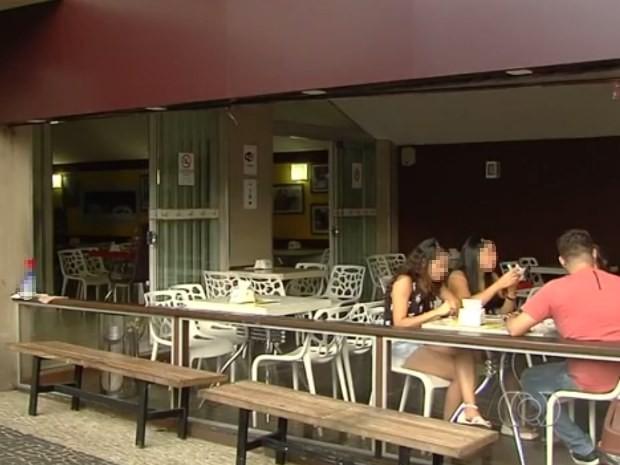 Ladrões fizeram clientes e funcionários de sorveteria reféns em Goiânia, Goiás (Foto: Reprodução/ TV Anhanguera)