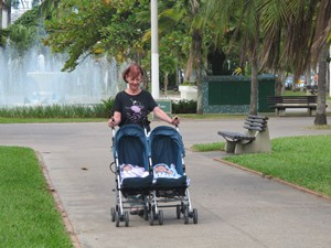 Antônia passeia na orla com os gêmeos (Foto: Anna Gabriela Ribeiro/G1)