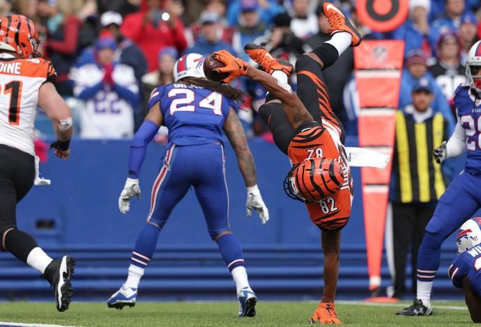 Marvin Jones consegue se equilibrar para manter a posse da bola e marcar o touchdown para os Bengals (Foto: Brett Carlsen/Getty Images)