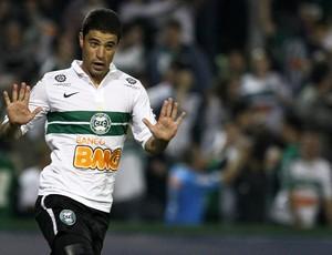 Leonardo gol Coritiba (Foto: Geraldo Bubniak / Ag. Estado)