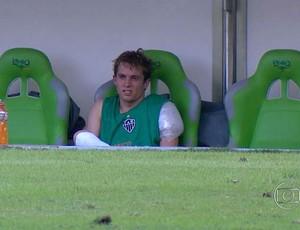 Bernard com gelo no ombro, sentado no banco de reservas (Foto: Reprodução TV Globo Minas)