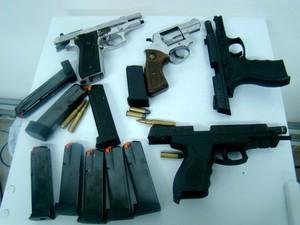 Pistolas e munições de uso restrito foram encontradas com suspeitos  (Foto: Divulgação/SSP-AM)