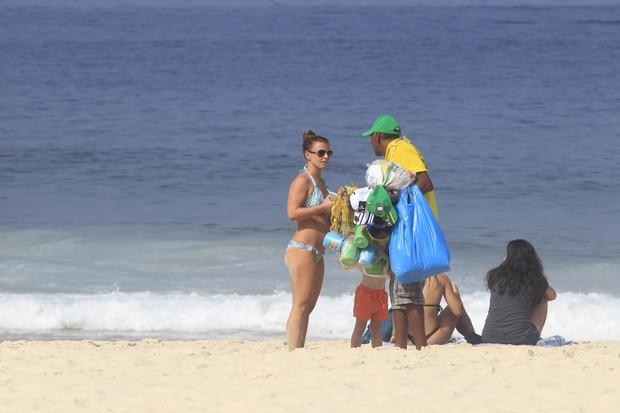 Esposa do jogador Ronney da Inglaterra na praia do Leme (Foto: Delson Silva e Andre Freitas / AgNews)