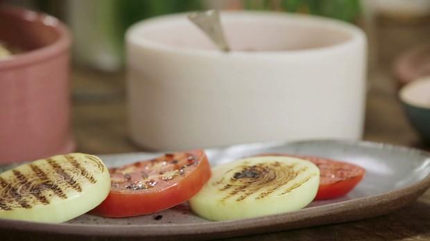 Cozinha prtica, episdio picanha, salada de tomate e cebola grelhados (Foto: Divulgao/GNT)